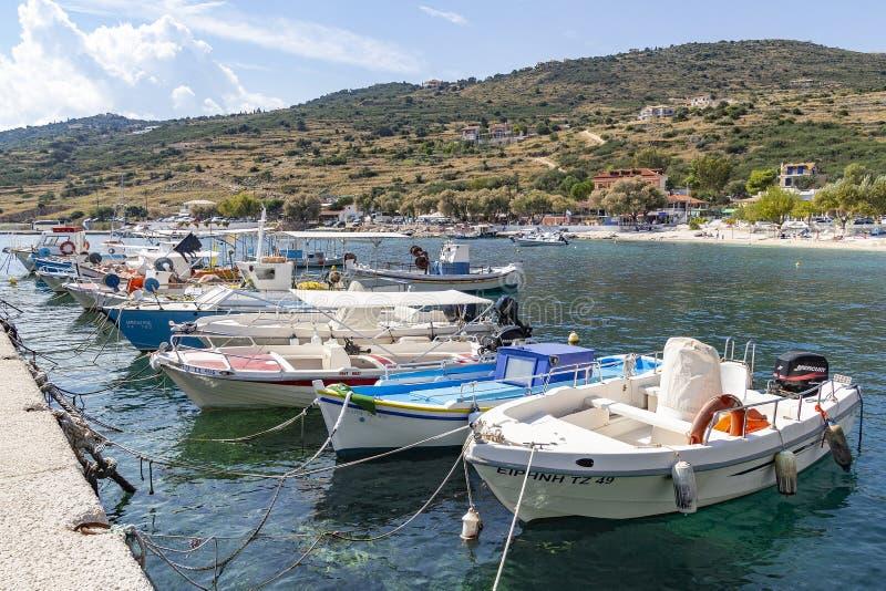 Muchos barcos coloridos están situados en el puerto de Agios Nikolaos, Zakynthos, Grecia foto de archivo libre de regalías