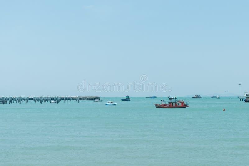 Muchos barcos de pesca en puerto imagen de archivo