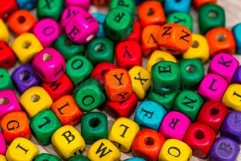 muchos bloques de madera coloreados para aprender palabras foto de archivo