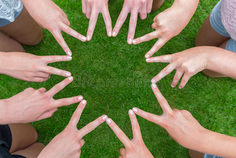 Muchos brazos de niños con las manos que hacen la estrella imágenes de archivo libres de regalías