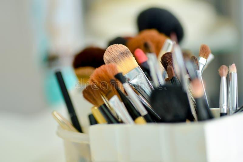 Muchos cepillos para el maquillaje fotografía de archivo libre de regalías