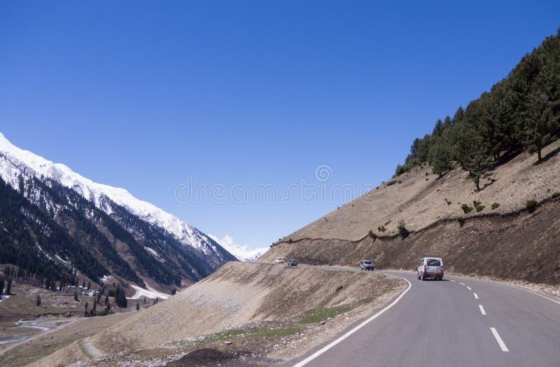 Muchos coches en el camino del acantilado se aventuran en montaña fotos de archivo
