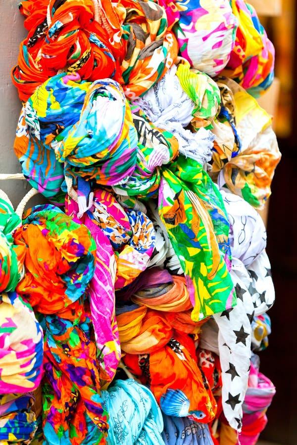 Muchos colorean las bufandas fotos de archivo libres de regalías