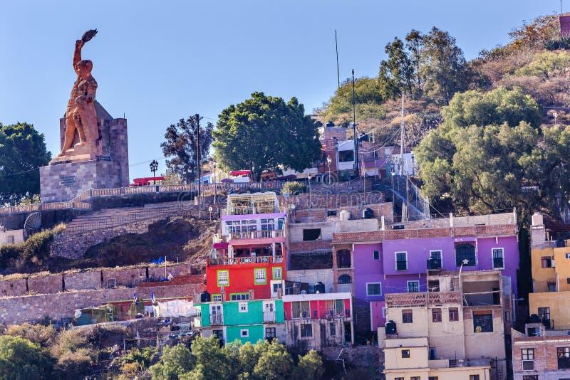 Muchos colorearon la estatua Guanajuato México del EL Pipila de las casas foto de archivo libre de regalías