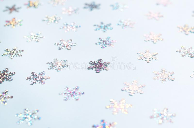 Muchos copos de nieve brillantes en un fondo azul imágenes de archivo libres de regalías