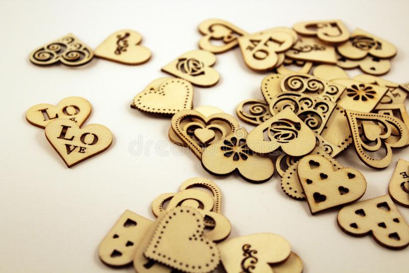 Muchos corazones de madera en el fondo blanco imagen de archivo libre de regalías