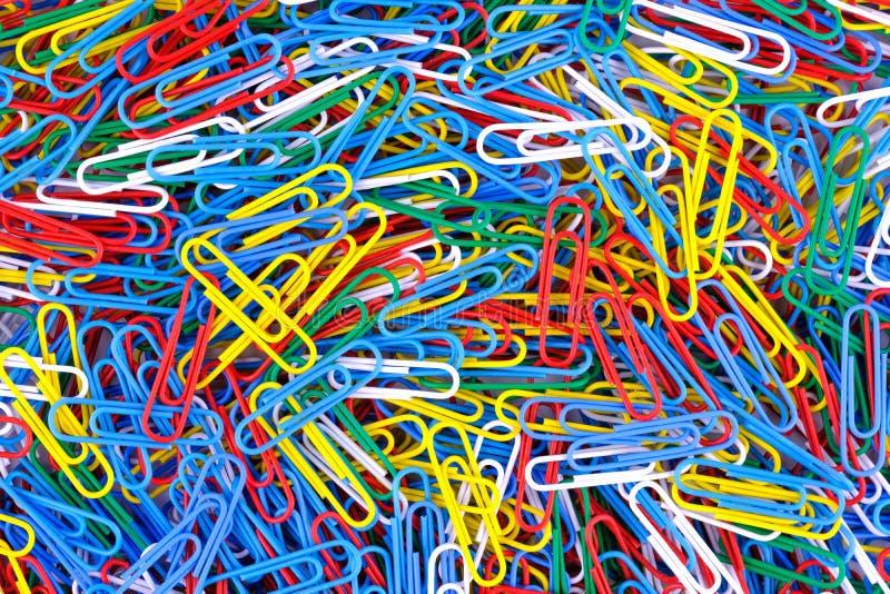Muchos de fondo de papel coloreado de los clips Ciérrese encima de la visión fotos de archivo libres de regalías