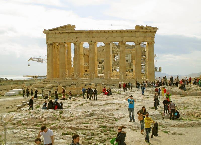 Muchos de visitantes en el Parthenon, el templo del griego clásico dedicado a la diosa Athena, cumbre de la acrópolis de Atenas,  imagen de archivo libre de regalías