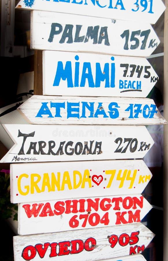 Muchos destinos en el mundo escrito en flechas de la madera foto de archivo libre de regalías