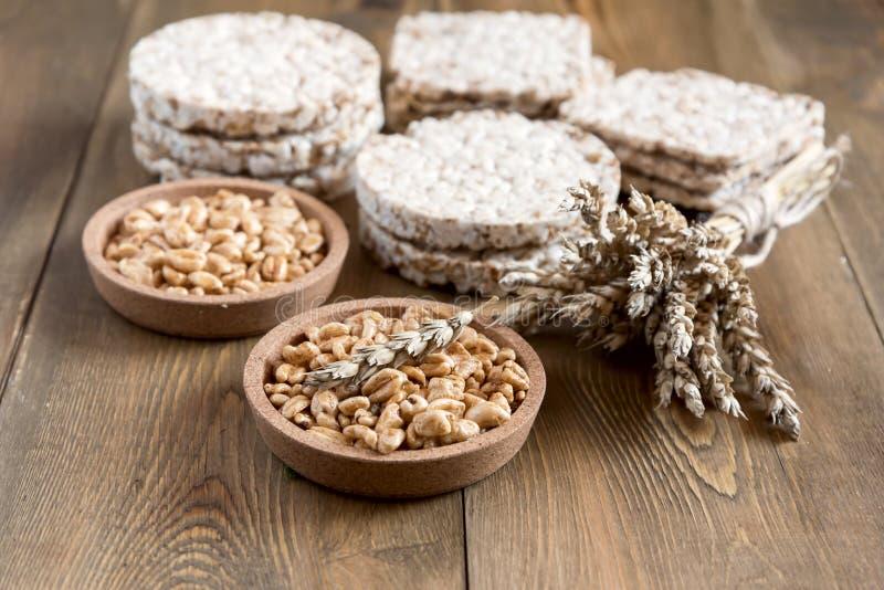 Muchos diferentes tipos de productos hechos de trigo adietan los panes quebradizos que mienten en el alimento biológico sano del  fotos de archivo