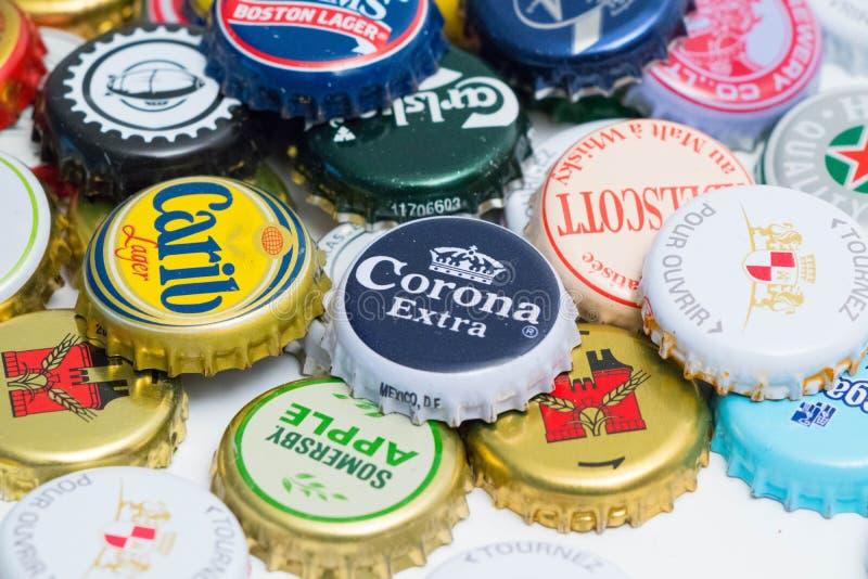 Muchos diversos casquillos de la cerveza se cierran para arriba fotografía de archivo