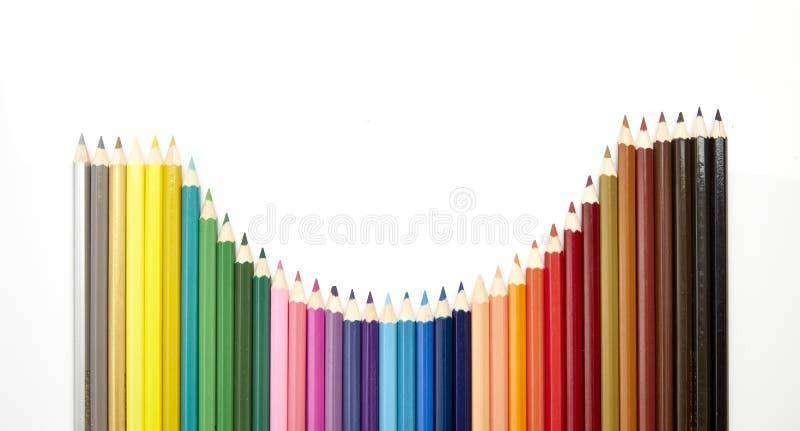 Muchos diversos lápices coloreados en blanco fotos de archivo