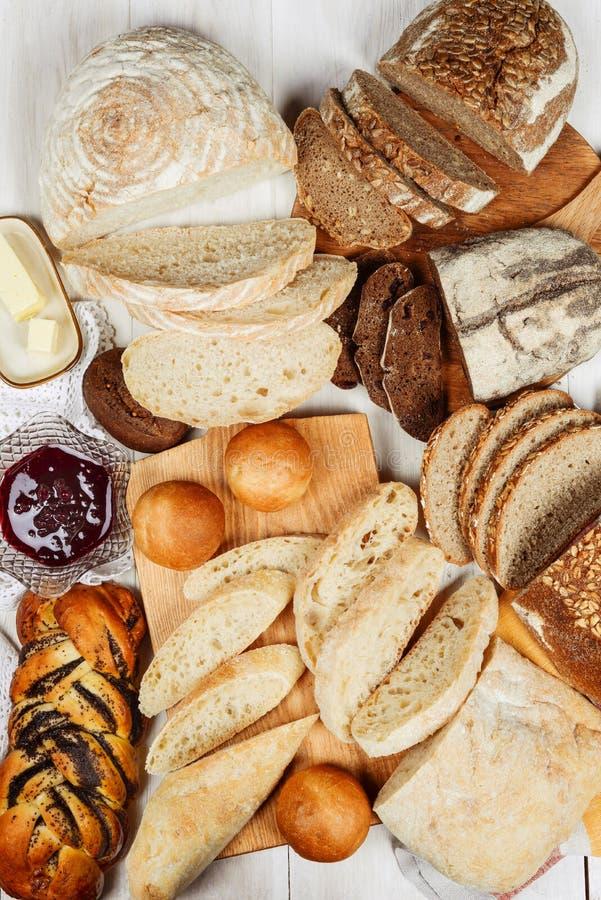 Muchos diversos tipos de pan tirados desde arriba fotos de archivo libres de regalías