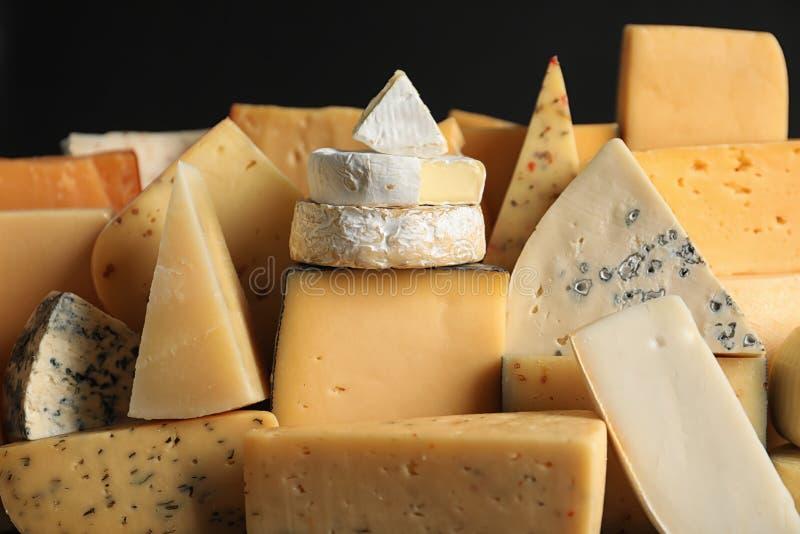 Muchos diversos tipos de queso delicioso fotografía de archivo