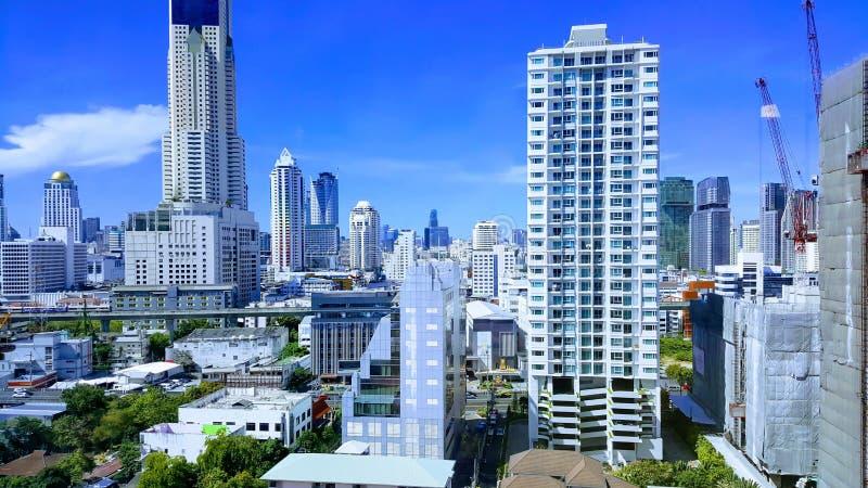 Muchos edificios altos en Bangkok en medio del cielo en un día brillante imagen de archivo