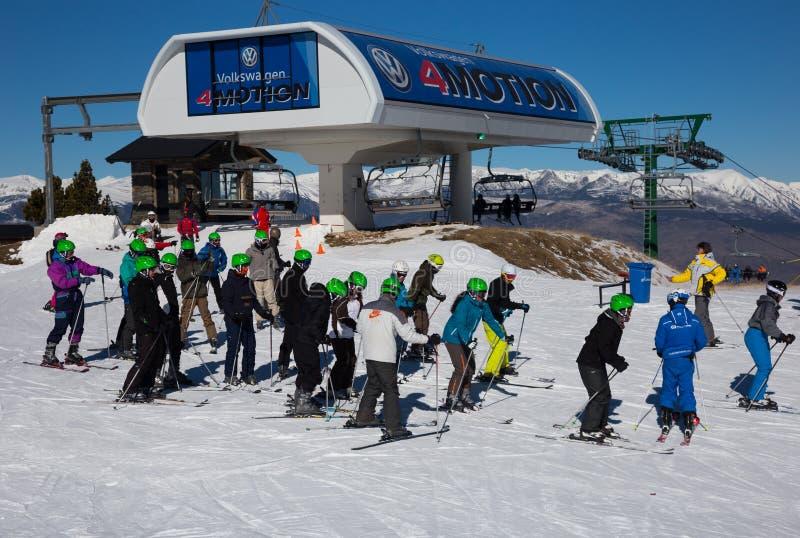 Muchos esquiadores en la cuesta del La Molina, España foto de archivo