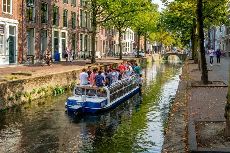 Muchos estudiantes jovenes en un barco de canal en un canal en cerámica de Delft, el Netherlan imagen de archivo libre de regalías