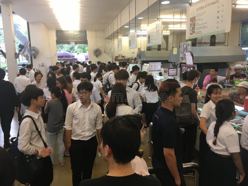 Muchos estudiantes se están alineando para comprar almuerzo en la cantina fotos de archivo