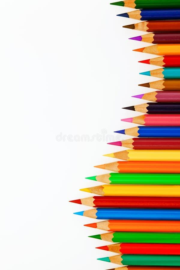 Muchos lápices coloreados en el fondo blanco imagenes de archivo