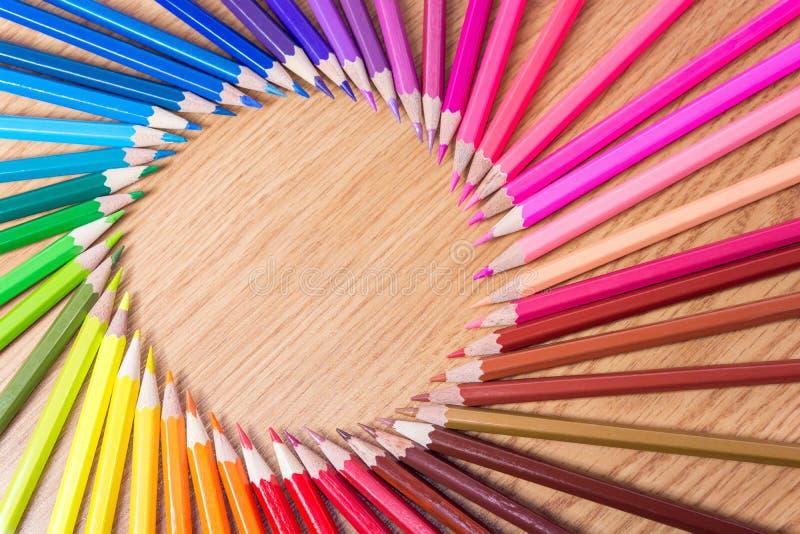 Muchos lápices multicolores en un fondo de madera Marco redondo de diversos lápices coloreados con el espacio para el texto Copys imagen de archivo libre de regalías