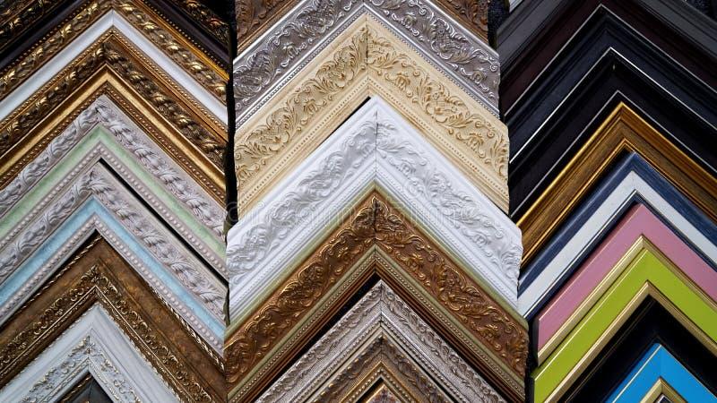 Muchos los marcos que enmarcan para las pinturas imagen de archivo