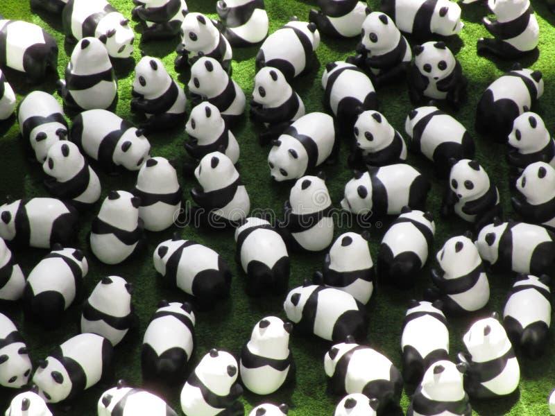 Muchos modelos de la panda en la exhibición, verano 2018 foto de archivo libre de regalías