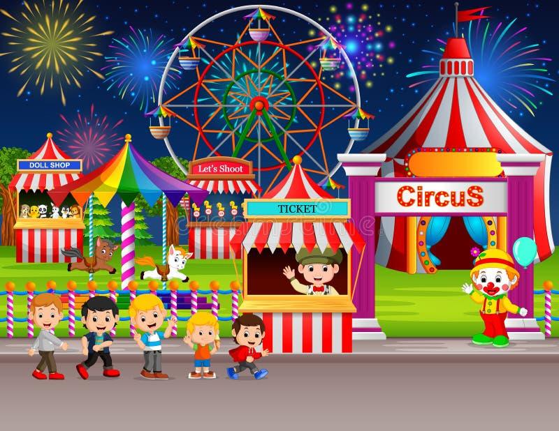Muchos niños y trabajador de la gente que se divierte en parque de atracciones en la noche ilustración del vector