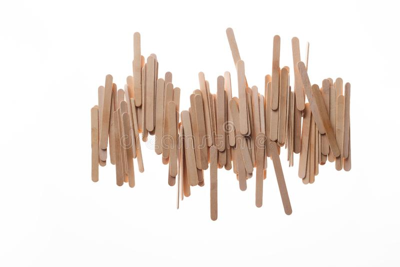 Muchos palillos de madera del helado en caótico fila en el fondo blanco aislado, endecha plana fotos de archivo