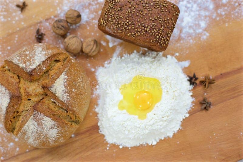 Muchos panes mezclados en la tabla, tiro desde arriba imagenes de archivo