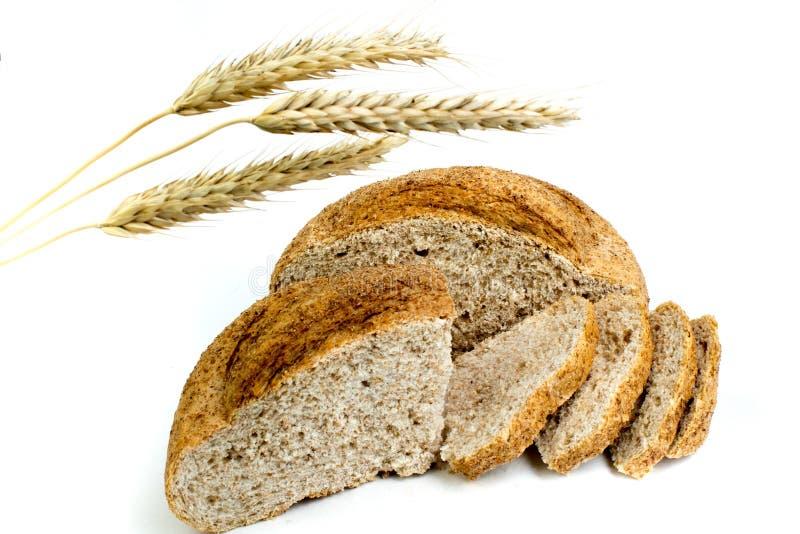 Muchos panes y rollos mezclados del pan cocido en fondo blanco aislado O?dos del trigo foto de archivo