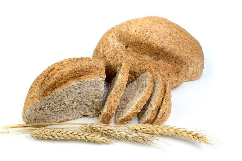 Muchos panes y rollos mezclados del pan cocido en fondo blanco aislado O?dos del trigo imagen de archivo