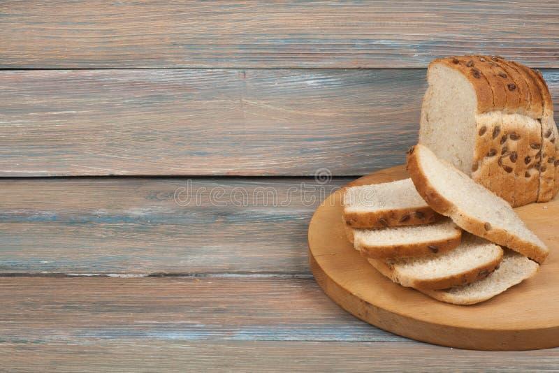 Muchos panes y rollos mezclados del pan cocido en fondo de madera de la tabla fotografía de archivo libre de regalías