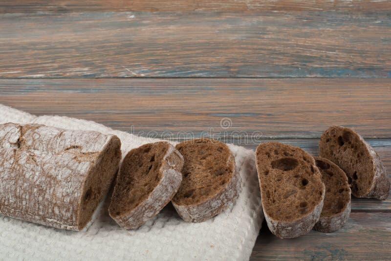 Muchos panes y rollos mezclados del pan cocido en fondo de madera de la tabla fotos de archivo