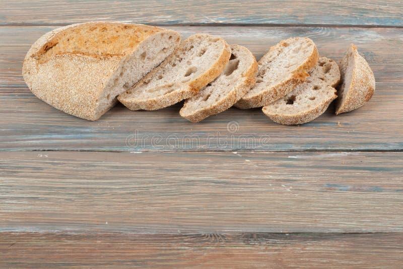 Muchos panes y rollos mezclados del pan cocido en fondo de madera de la tabla imagenes de archivo