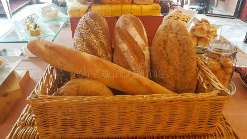 Muchos panes y rollos mezclados tirados desde arriba fotografía de archivo