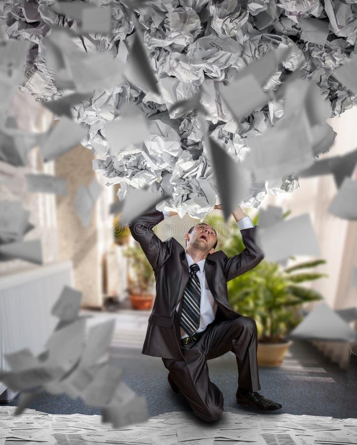Muchos papeles y caída de los informes en hombre de negocios imagen de archivo libre de regalías