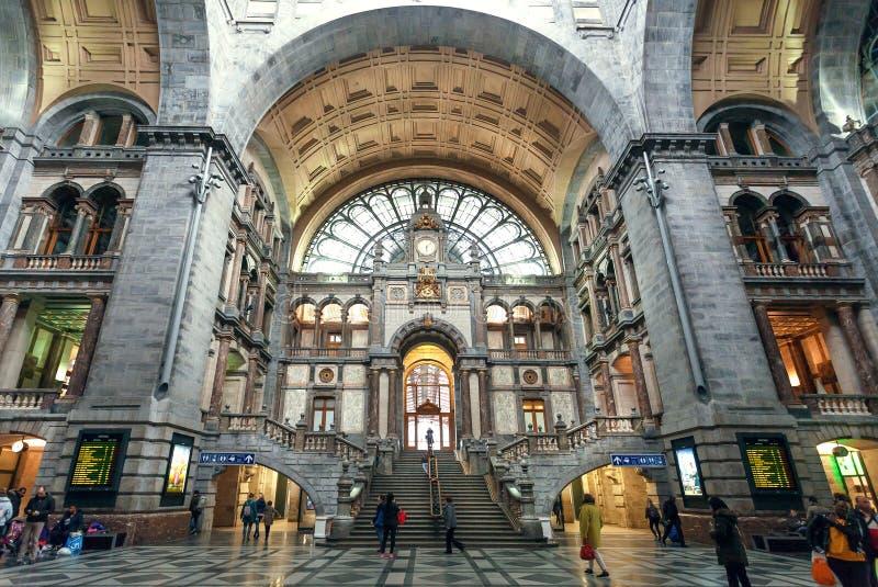 Muchos pasajeros dentro del edificio del término del ferrocarril Antwerpen Centraal, construido en 1905 en Amberes imágenes de archivo libres de regalías