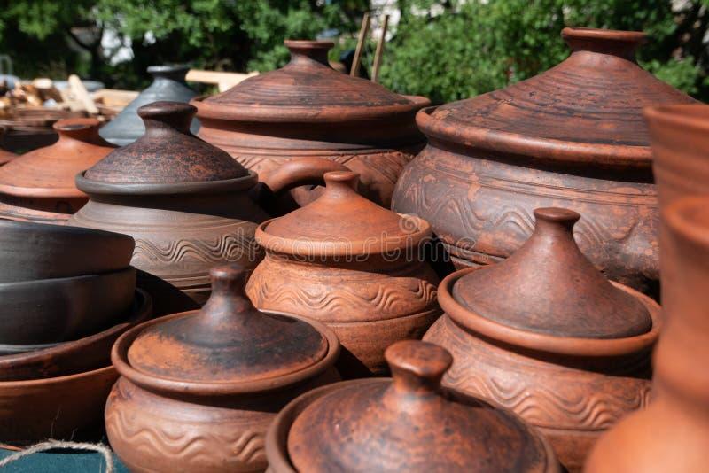 Muchos potes de arcilla marrones hechos a mano, cuencos, tazas Arcilla de cerámica, diversos utensilios de la cocina fotografía de archivo libre de regalías