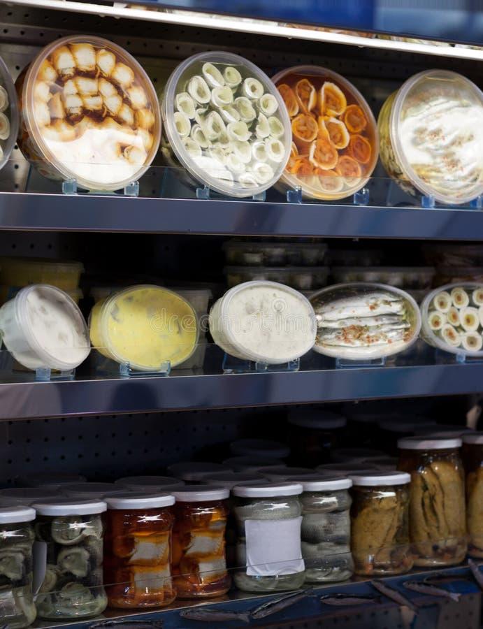 Muchos productos pesqueros llenos en estante de la tienda fotografía de archivo