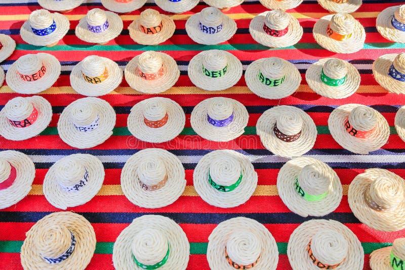 Muchos sombreros del verano hechos de cuerdas del sisal fotos de archivo libres de regalías