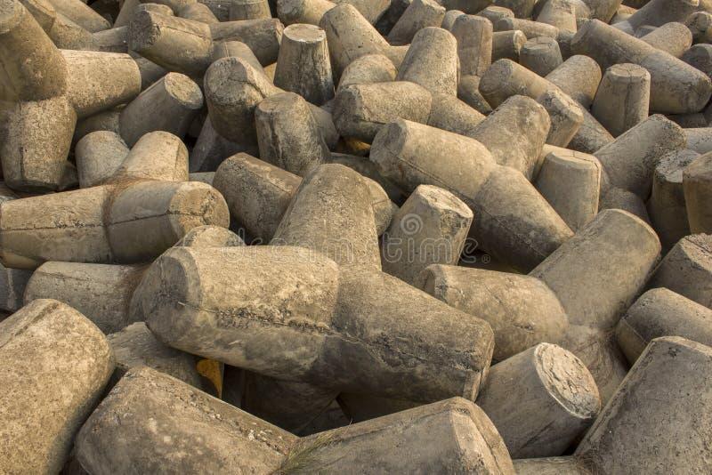 Muchos tetrapods concretos grises cercanos para arriba, barrera del tsunami foto de archivo