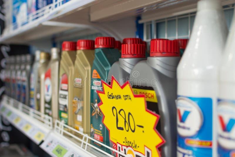 Muchos tipos de aceite del filtro y lubricante en coche hacen compras fotos de archivo libres de regalías