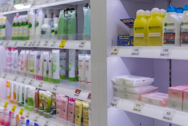 Muchos tipos de cosméticos para la venta en supermercado foto de archivo libre de regalías