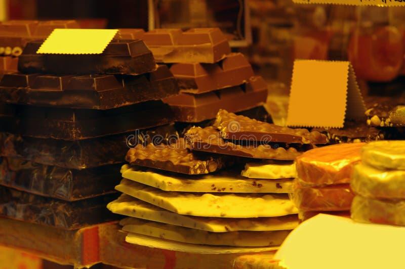 Muchos tipos del chocolate para la venta en mercado imagenes de archivo