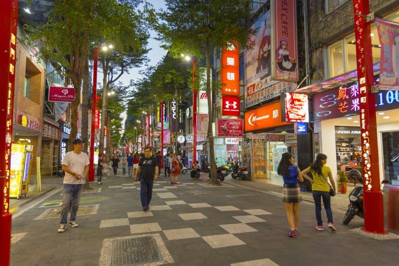 Muchos turistas que caminan en el distrito que hace compras de Ximending en Taipei, Taiwán imagen de archivo