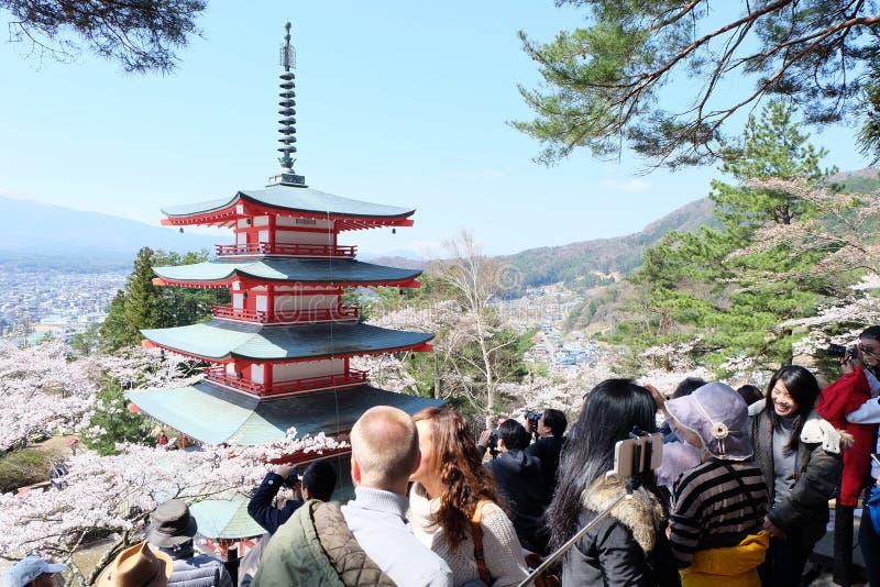 Muchos turistas toman una foto en la pagoda de Chureito con el cielo azul fotografía de archivo libre de regalías