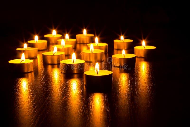 Muchos velas ardiendo fotografía de archivo