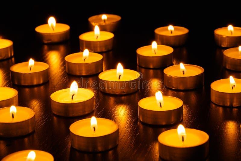 Muchos velas ardiendo imagen de archivo