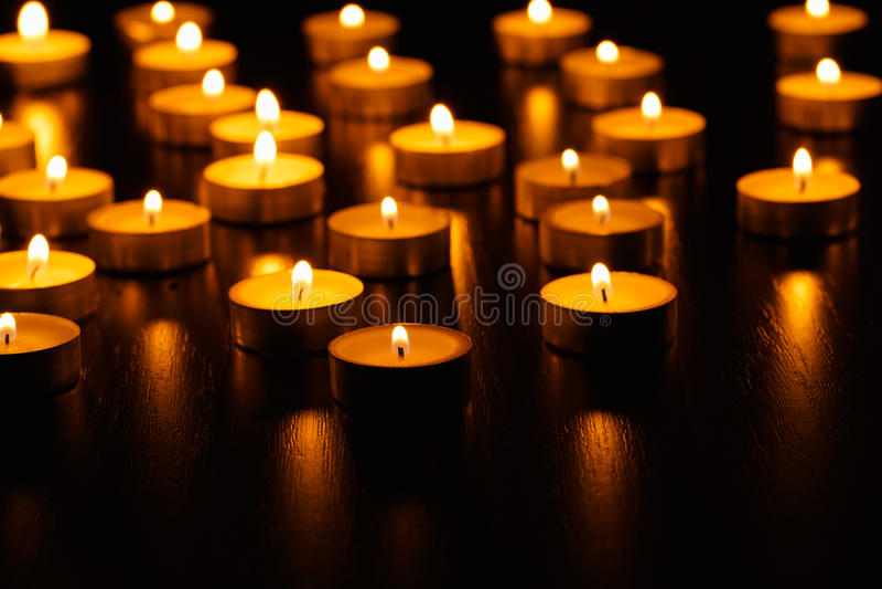 Muchos velas ardiendo fotografía de archivo libre de regalías