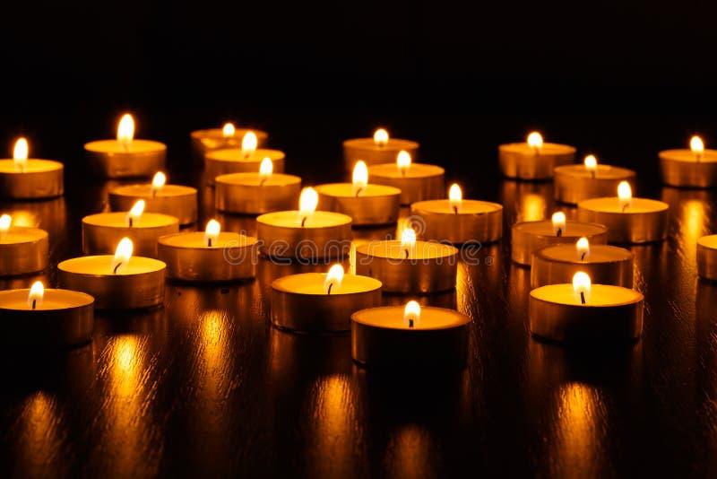 Muchos velas ardiendo imagenes de archivo